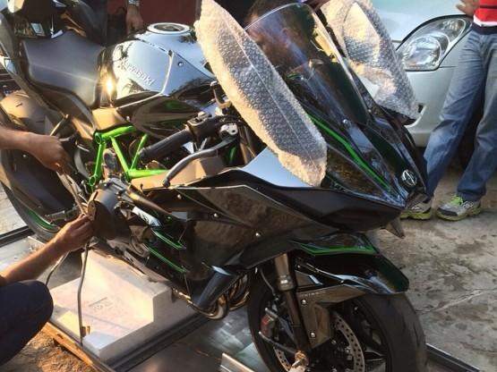 MS Dhoni Buys Ninja H2: Captain Cool Dhoni gifts himself a spanking new Kawasaki Ninja H2 hyperbike worth INR 29 lakh
