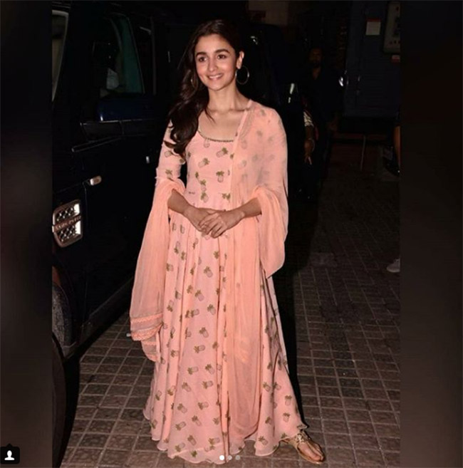 Alia bhatt snapped during special screening of raazi in peach traditional outfit 201805 1525690742