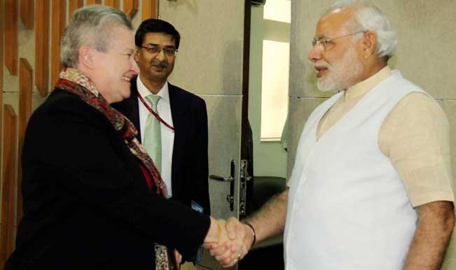 Gandhinagar-Gujarat-Chief-Minister-Narendra-Modi-shake-hands-with-US-ambassador-to-India-Nancy-Powell-during-a-meeting-in-Gandhinagar-3