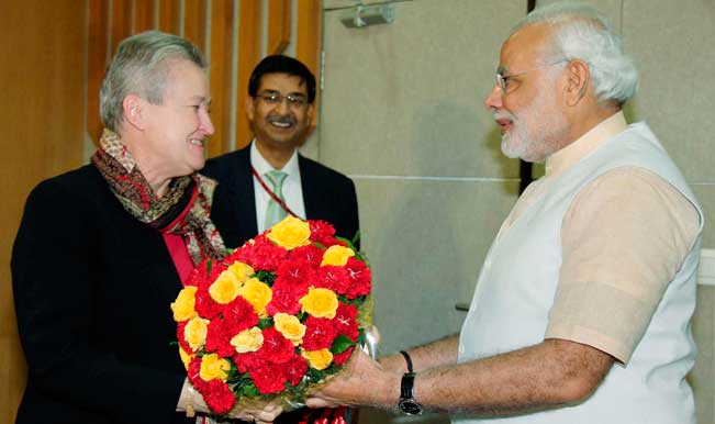 Gandhinagar-Gujarat-Chief-Minister-Narendra-Modi-shake-hands-with-US-ambassador-to-India-Nancy-Powell-during-a-meeting-in-Gandhinagar-4