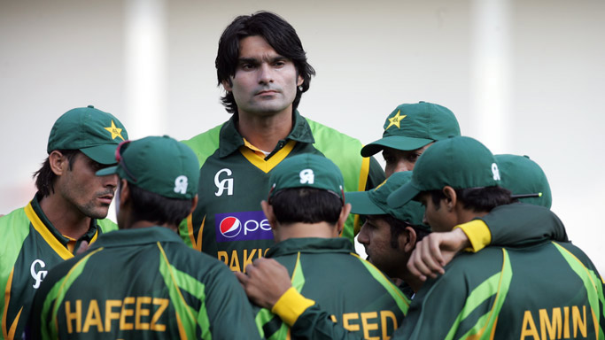 Pakistan-bowler-Muhammad-Irfan-(C)-stands-above-his-teammates-during-the-opening-game-of-the-two-match-T20-series-between-Pakistan-and-host-Zimbabwe