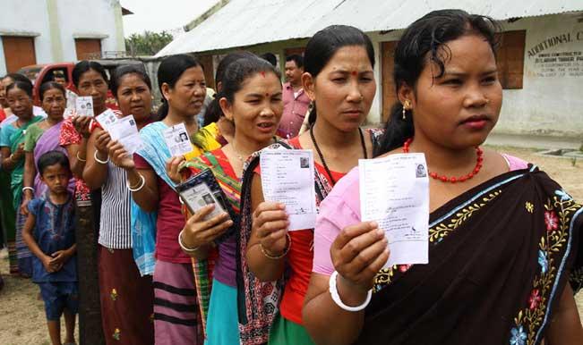 Voters-standing-in-a-queue-04