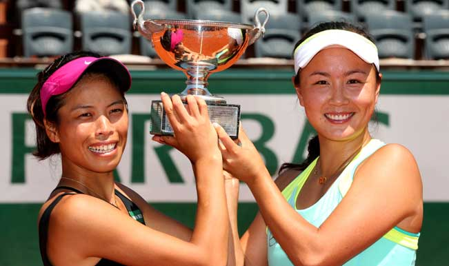 Shuai-Peng-of-China-(R)and-Su-Wei-Hsieh-of-Chinese-Taipei-pose-with-the-trophy