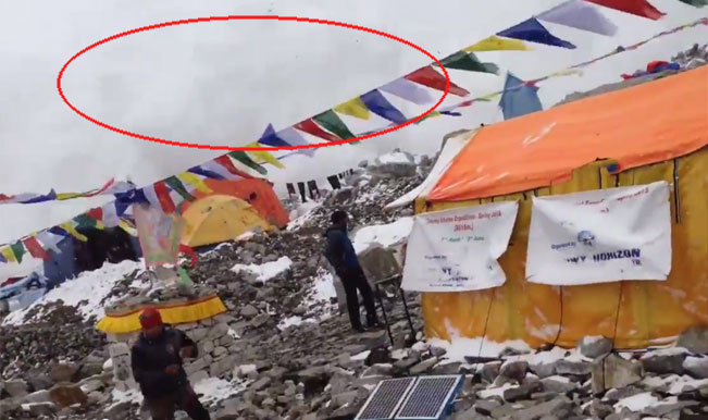 Avalanche on Mt Everest caught on camera by German mountaineer after Nepal Earthquake – Watch Full Video