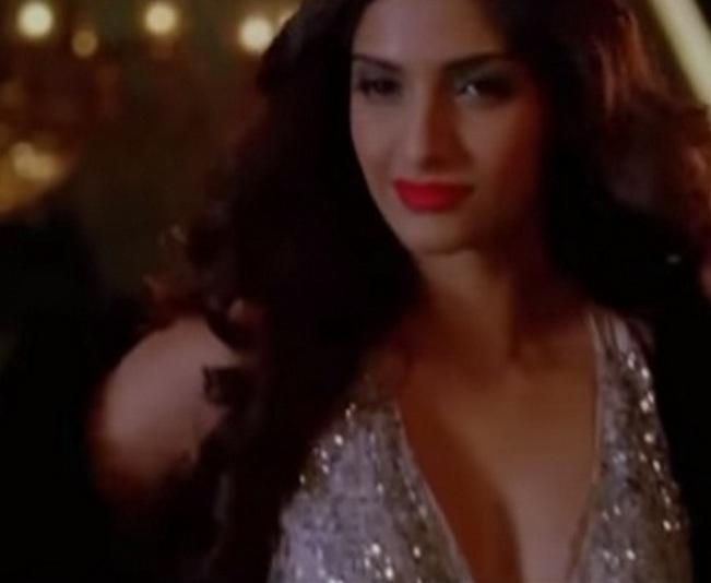 Hot Sonam Kapoor in Dheere Dheere song