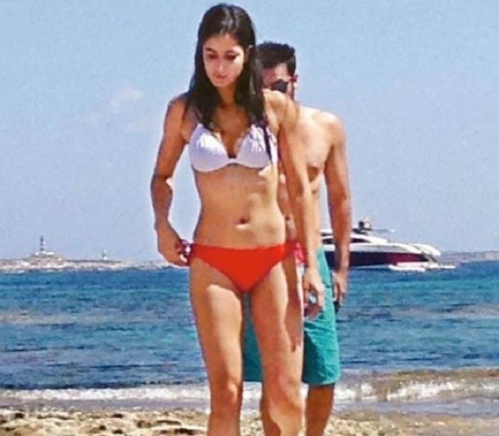 Katrina-Kaif-in-bikini-with-Ranbir-kapoor-in Spain