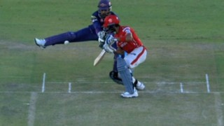 IPL 2016: MS Dhoni shows off rare-wicket keeping skill behind the stumps in Kings XI Punjab vs Rising Pune Supergiants match (Watch video)