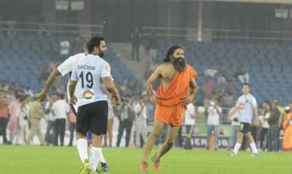 फुटबॉल खेलते हुए बाबा रामदेव