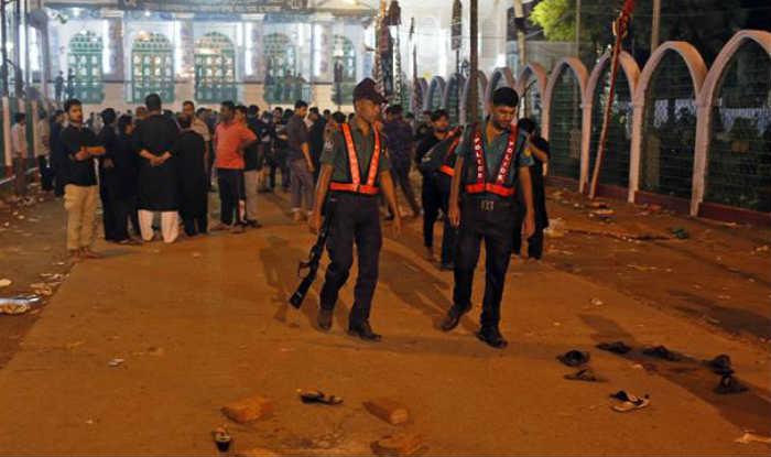 Islamic Bangladesh: Human Chain in front of Dhaka Press