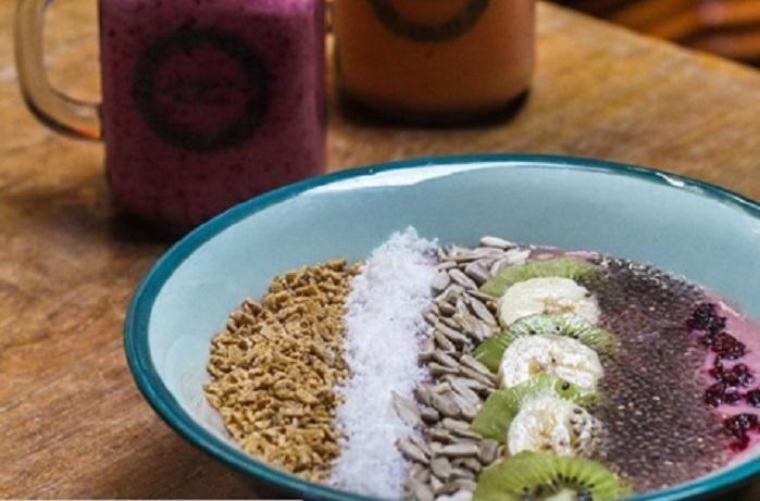 (JJ's Superfood smoothie bowl with granola, berries, banana, yogurt, coconut and fresh fruits. Credits: jamjardiner/Instagram)
