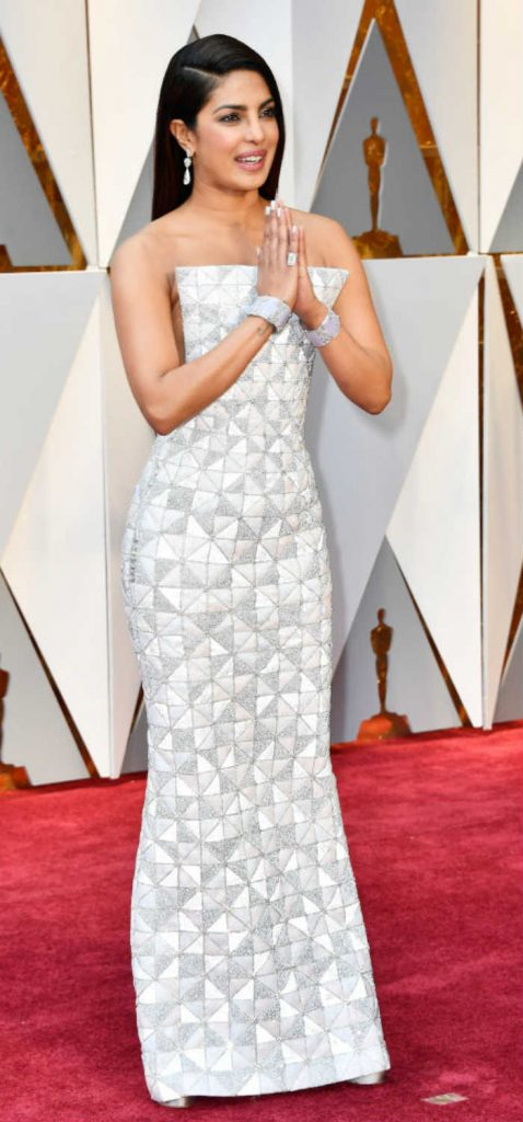 Priyanka Chopra floored us in this sexy body-hugging gown at the Oscars 2017 red carpet!