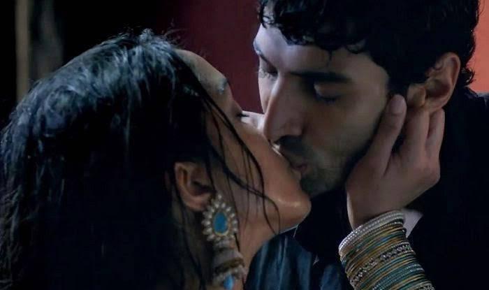 Aamir and kareena kiss in 3 idiots - 3 3