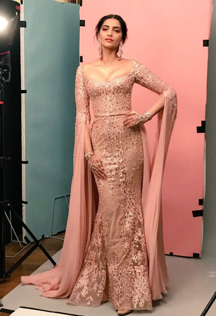 Sonam Kapoor S Cannes 2017 Makeup Step By Step Guide To Nail The Red Carpet Rose Gold Look From Cannes Film Festival 2017 India Com