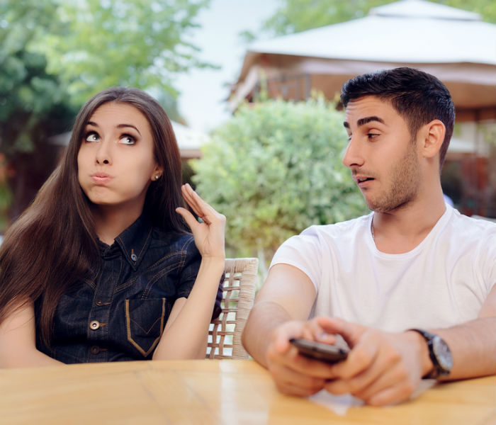 5 signs that your girl is emotionally unavailable