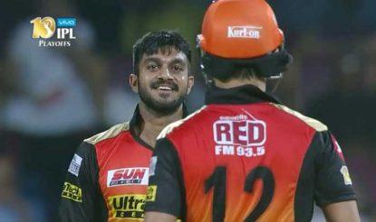 इस शॉट से बाल-बाल बचने के बाद यूं मुस्काराते हुए युवराज के पास आए विजय शंकर! (bcci)