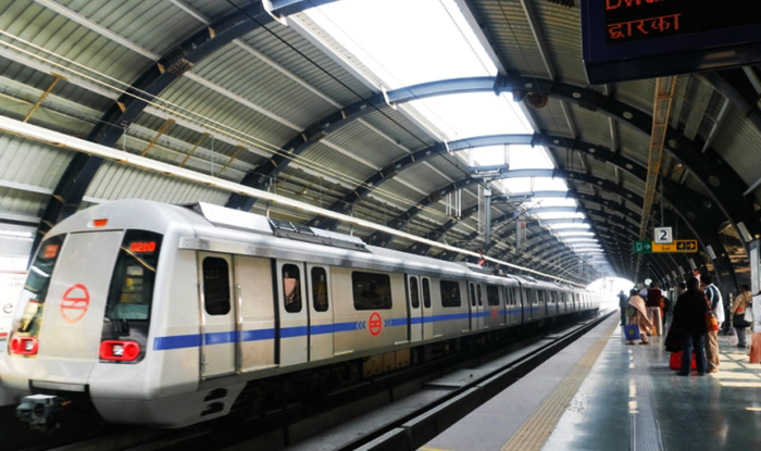 Delhi: Woman Jumps on Delhi Metro Track to Fetch Rs 2,000 Note, Escapes Narrowly as Train Passes Over Her