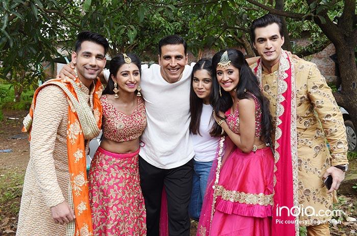 Akshay-Kumar-&-Bhumi-Pednekar-with-Kartik,-Naira,-Kirti-&-Naksh