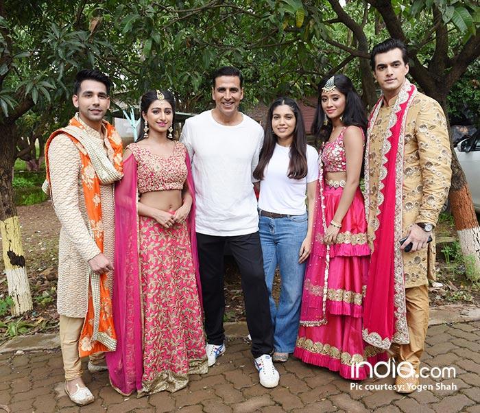 Akshay-Kumar-&-Bhumi-Pednekar-with-Kartik,-Naira,-Kirti-&-Naksh-2