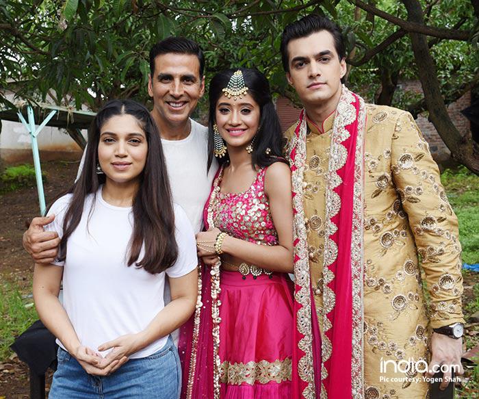 Akshay-Kumar-&-Bhumi-Pednekar-with-Kartik-&-Naira