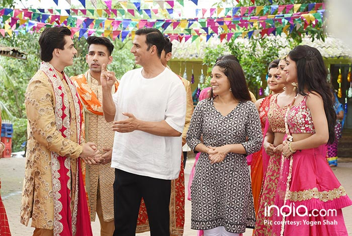 Akshay-Kumar-&-Bhumi-were-seen-shooting-with-the-cast-of-Yeh-Rishta