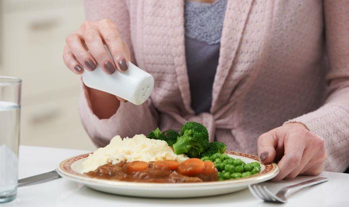 ज्यादा नमक खाने के ये होते हैं नुकसान, जानें एक दिन में कितना नमक खाना  जरूरी? - How much salt or sodium should be taken in one day sideeffects of  taken excessive