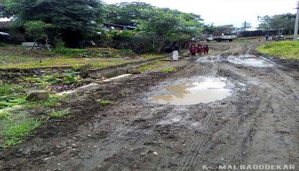 मुख्य रास्ते से स्कूल जा रहे बच्चे और बारिश के बाद सड़क की स्थिति.
