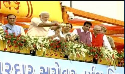 PM Modi offers prayer at the Narmada Dam site to inaugurate Sardar Sarovar Dam. (ANI image)