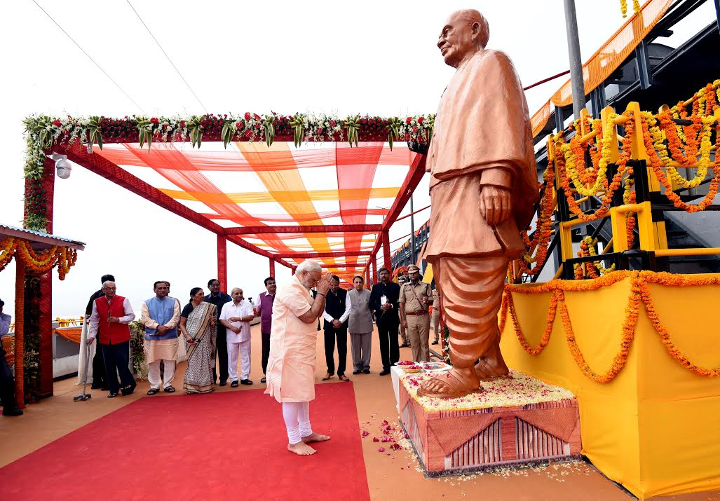 PM Modi paying homage to Sardar Patel's Statue at the dam site. (PIB)