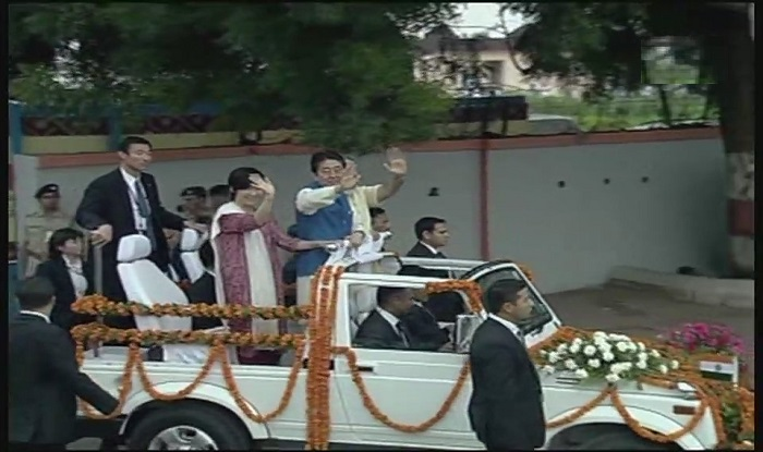PM Modi and Abe sets off for the roadshow.
