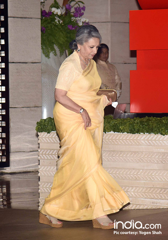 Sharmila Tagore looks gorgeous in a plain yellow sari