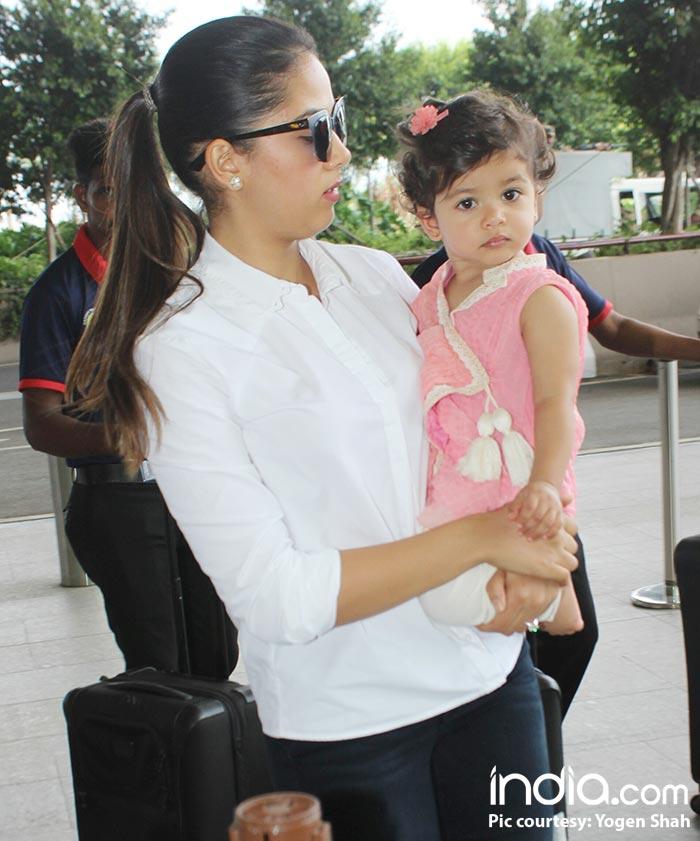 Misha-and-mira-kapoor-spotted-at-airport--(14)