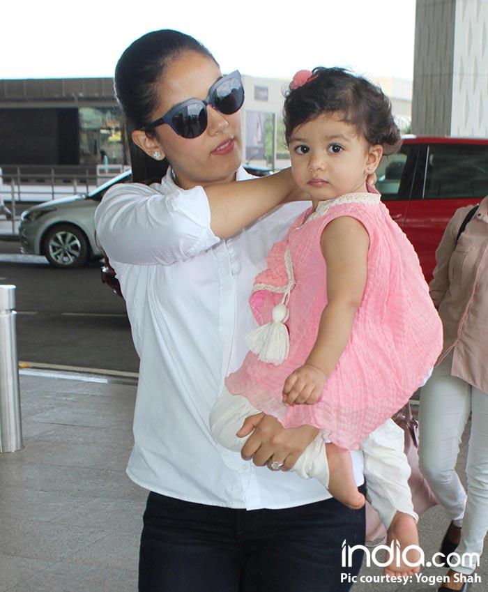 Misha-and-mira-kapoor-spotted-at-airport--(19)