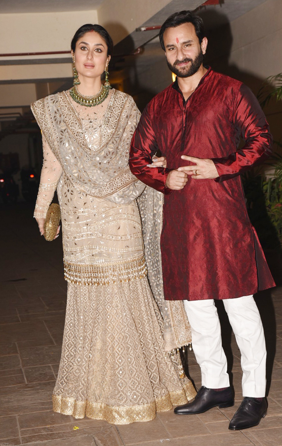 saif kareena at their residence in bandra on 19 10 17.pics yogen shah. 6