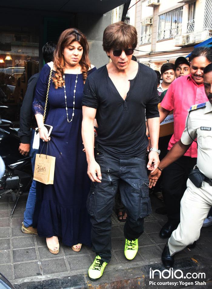 shahrukh-khan-and-katrina-kaif-snapped-at-bastian-restaurant-bandra--(32)