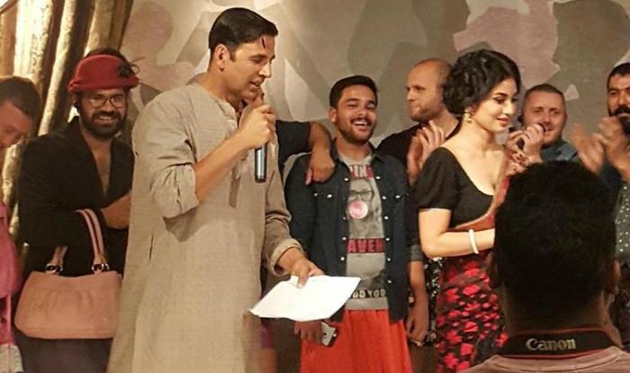 Akshay-Kumar-Mouni-Roy-Gold