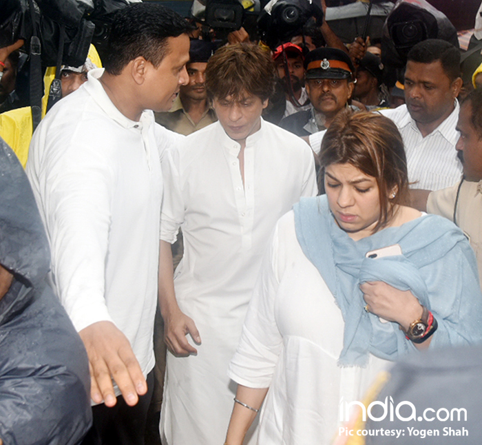 Shahrukh-Khan-for-shashi-kapoor's-last-rites-at-santacruz-Cemetery