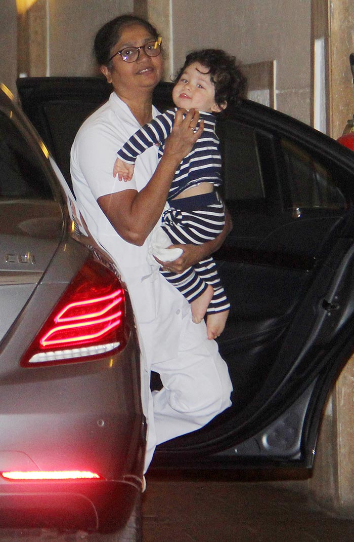 taimur-spotted-below-his-home.-pics-yogen-shah-4