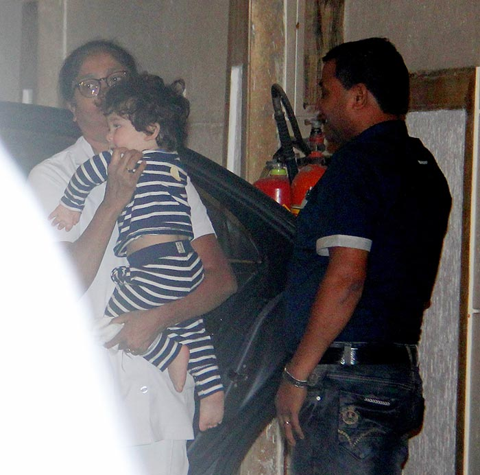taimur-spotted-below-his-home.-pics-yogen-shah