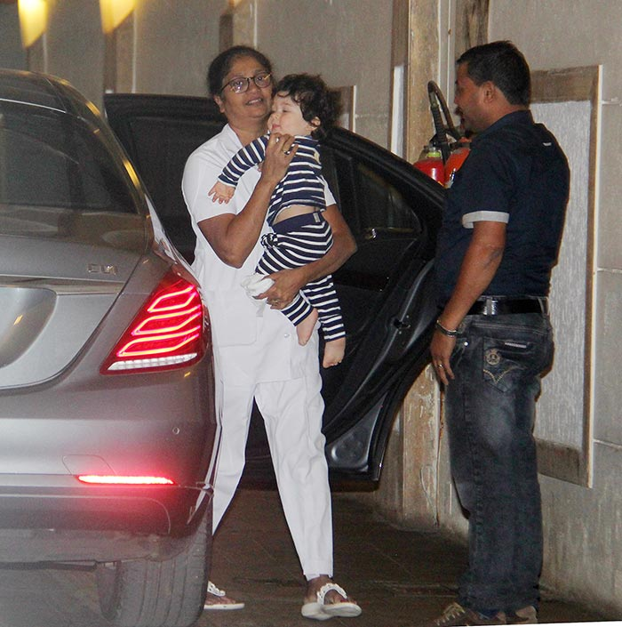 taimur-spotted-below-his-home