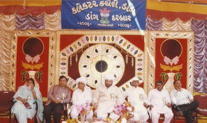 डांग दरबार में राज्य सरकार के मंत्री भी शामिल होते रहे हैं. भाजपा के राष्ट्रीय अध्यक्ष व गुजरात के पूर्व मंत्री अमित शाह भी शामिल हो चुके हैं डांग दरबार में. (फोटो साभारः अमित शाह.कॉम)