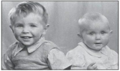 स्टीफन हॉकिंग (बाएं) अपनी बहन मेरी के साथ वर्ष 1948 में. (फोटो साभारःमहेश शर्मा लिखित पुस्तक 'स्टीफन हॉकिंग')