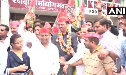 गोरखपुर और फूलपुर में चुनावी जीत का पूरे यूपी में असर है. आगरा में जश्न मनाते सपा कार्यकर्ता.