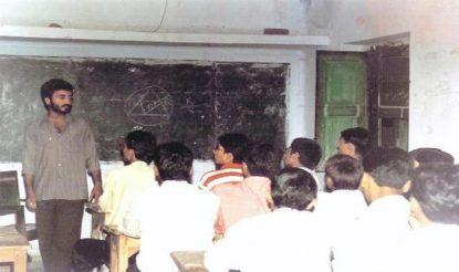 सुपर 30 में बच्चों को पढ़ाते आनंद कुमार. (फोटो साभारः सुपर 30)