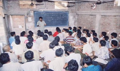 आर्थिक रूप से कमजोर बच्चों को इंजीनियरिंग की तैयारी कराती है यह संस्था. (फोटो साभारः सुपर 30)