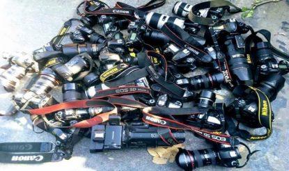 पत्रकारों ने अपने कैमरों को सड़क पर रखकर विरोध जताया.