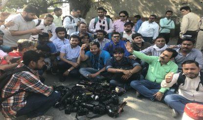 विरोध करते पत्रकार. फोटो: ट्विटर