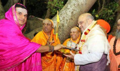 अमित शाह ने लिंगायत मठों और अहिंदा समुदाय के वोट के मद्देनजर मठों और मंदिरों का दौरा किया.