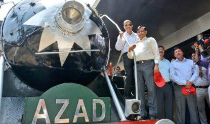 आजाद रेल इंजन को रेलवे बोर्ड के चेयरमैन अश्विनी लोहानी ने हरी झंडी दिखाकर रवाना किया. इस मौके पर नई दिल्ली स्टेशन पर बड़ी संख्या में लोग मौजूद रहे.