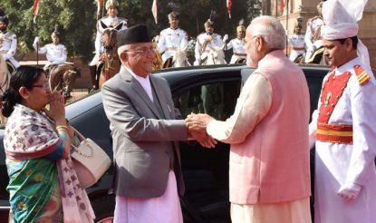 प्रधानमंत्री नरेंद्र मोदी ने राष्ट्रपति भवन में नेपाल के पीएम केपी शर्मा ओली का स्वागत किया. (फोटोः पीआईबी)