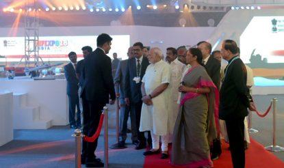 एक्सपो में रक्षा मंत्री निर्मला सीतारमण के साथ अधिकारियों से जानकारी लेते पीएम नरेंद्र मोदी. डिफेंस एक्सपो 2018 में भारत की कई कंपनियां भी भाग ले रही हैं. इनमें टाटा, कल्याणी, भारत फोर्ज, महिन्द्रा, एमकेयू, डीआरडीओ, एचएएल, बीईएल, बीडीएल, एमडीएल, जीआरएसई, जीएसएल, एचएसएल, आयुध कारखाने इत्यादि शामिल हैं. (फोटोः पीआईबी)